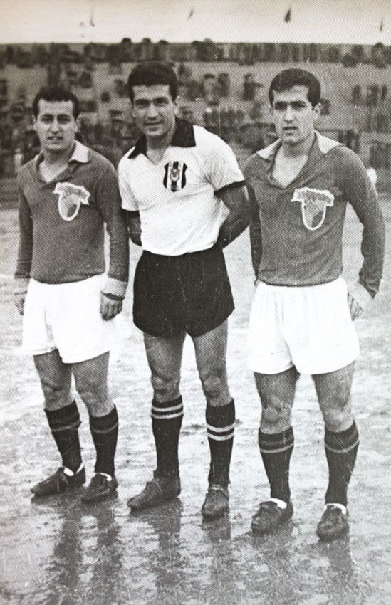 DinyakosAksel kardeşler Alsancak Stadında bir Beşiktaş maçından önce Kaya Köstepen'le birlikte.