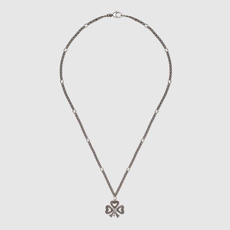 Collana in argento con pendente a forma di trifoglio