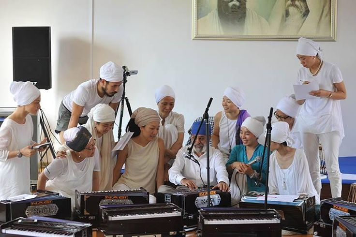 For a whole month Santokh Singh will teach kirtan to Chinese students in Shenzhen. After only three​ days of practice, it was very touching to listen to the group chanting the Name guided by Santokh Singh playing tablas. Each student played harmonium, diving into the vibration of the sound current.