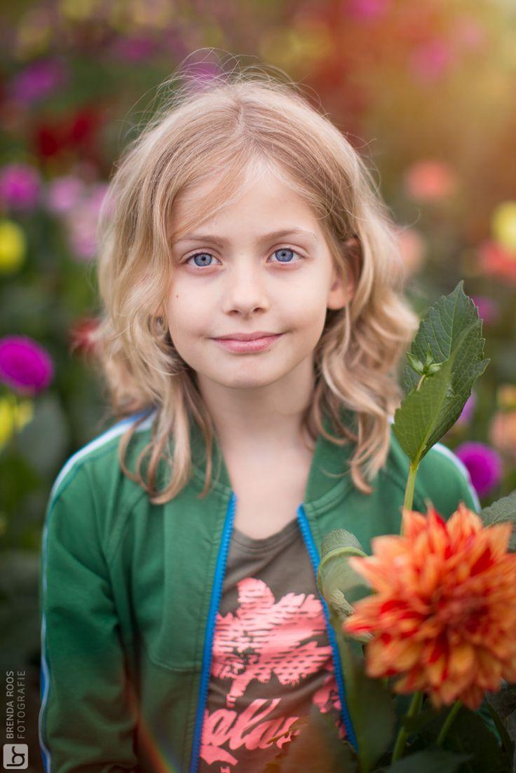 Hannekes Pluktuin - Brenda Roos Fotografie | Fotograaf | Lelystad | Gezin | Kind | Familie | Photoshoot | Family | Golden hour | Veluwe | childphotographer | Familyphoto | Garden | Flowers