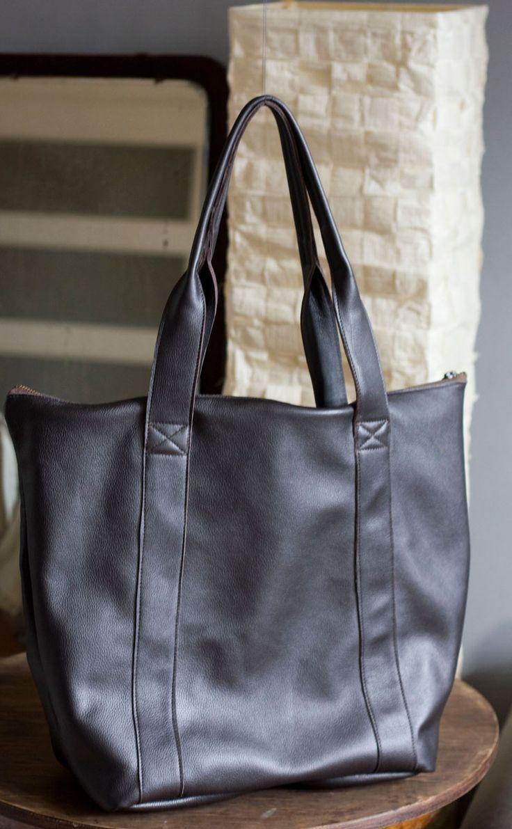 Duża, prosta torba z suwakiem. Piękna skóra o ciemnym, nieokreślonym kolorze, lekko opalizuje, szlachetnie odbija światło. #browntotebag #totebag #leatherToteBag