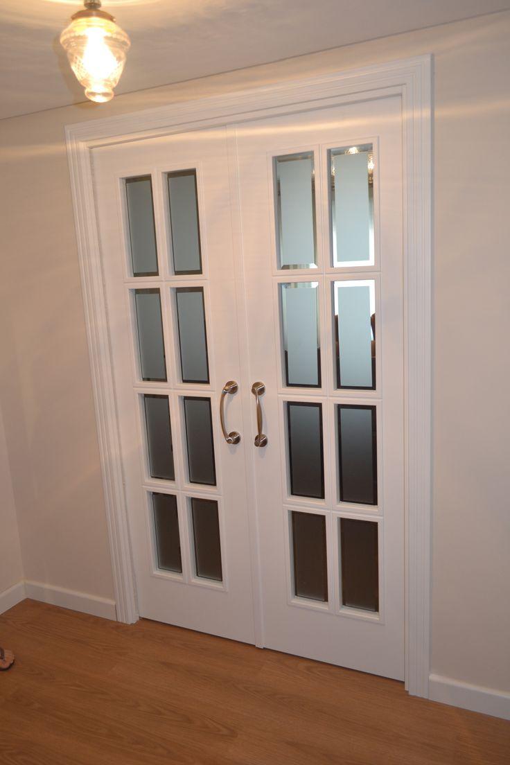 Diseño de puerta interior en salón de hogar