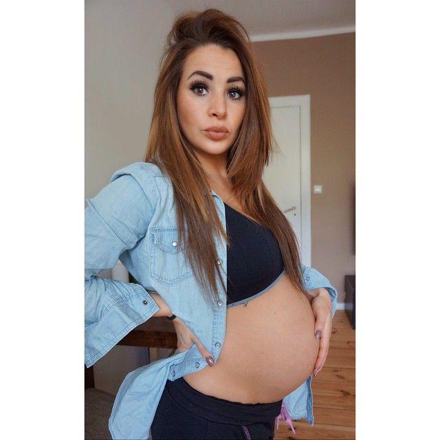 Kleines Bauch Update  nun haben wir auch schon fast die 32 ssw überstanden  und wir fühlen uns immer noch großartig, das einzige was manchmal stört ist die Atemnot  sonst ist klein E immer viel am Willkommenstanz üben  ... Nur noch 8 Wochen  dann endlich zu 5⃣ #belly #update #pregnant #enjoy #relax #iloveyou #itsagirl #instaBaby #InstaKids #InstaMama #instamutti #ilovemybaby #instapregnant #inspiredpregnancy #pregnancy #pregnantgirl #pregnantbelly #pregnantandproud #dance #family #feelgood…