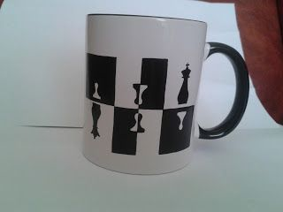 Cana pictata cu piese de sah: rege, regina si pioni in stil oglindire / Cup painted with chess pieces: king, queen and pawns  ---  cana pictata manual / handmade painted mug ____* pret: 30 lei / price: 6 euro