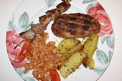 Bifteki und Suflaki mit griechischen Reisnudeln und Ofenkartoffeln - Rezept
