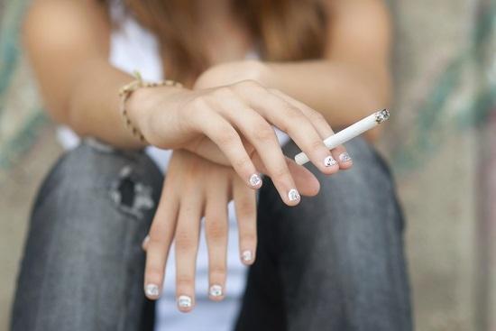 Las mujeres fumadoras suelen tener más riesgo de varices. Debido a todos los componentes y tóxicos que contiene, el tabaco es todavía más perjudicial para las mujeres con varices, ya que aumenta la viscosidad de la sangre. Se ha comprobado, incluso, que aumenta las molestias también en aquellas mujeres que no fuman pero que se exponen al humo del tabaco.