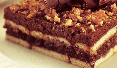 Pavê com creme delicado de chocolate e crocante de castanha de caju