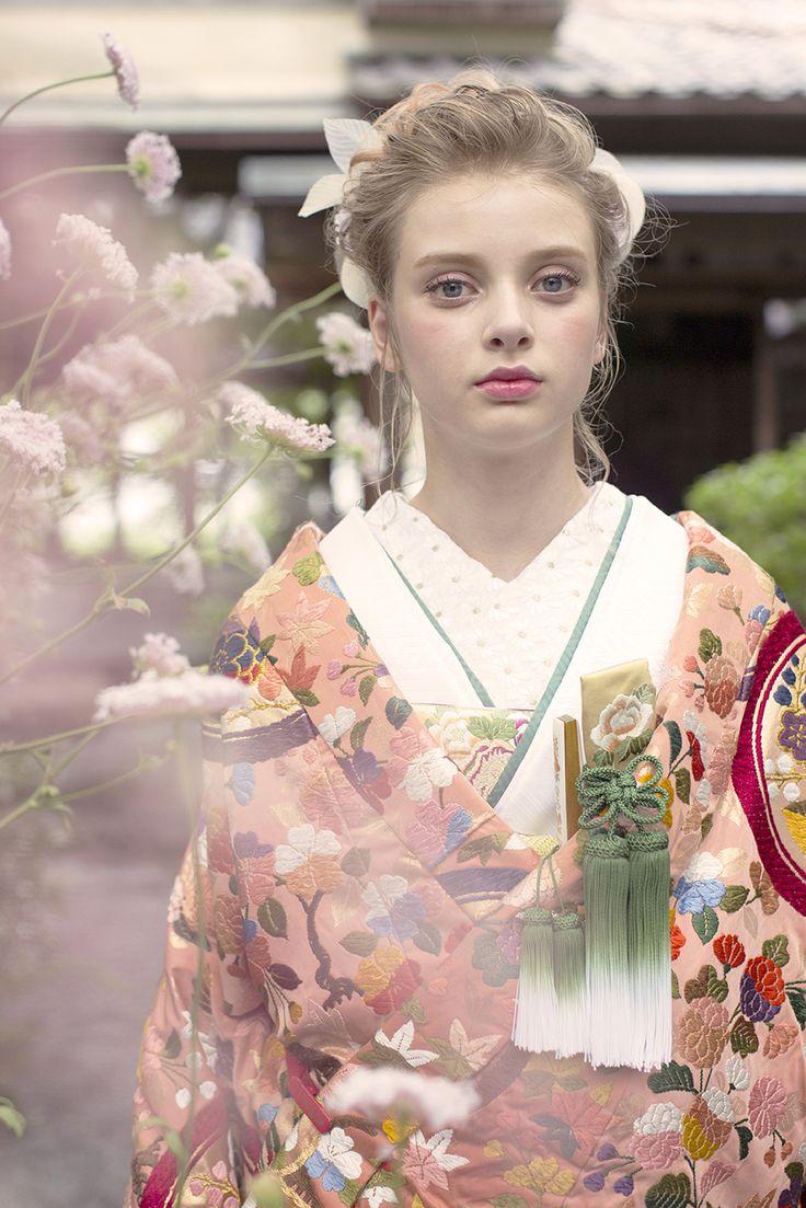 AYUMI BRIDAL kimono kyoto japan  色打掛 手織り菖蒲丸紋  photographer : inamura masato