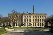 L'hôtel de ville de Bordeaux occupe le palais épiscopal, le Palais de Rohan, construit pour l'archevêque Ferdinand-Maximilien de Mériadec de Rohan en 1771