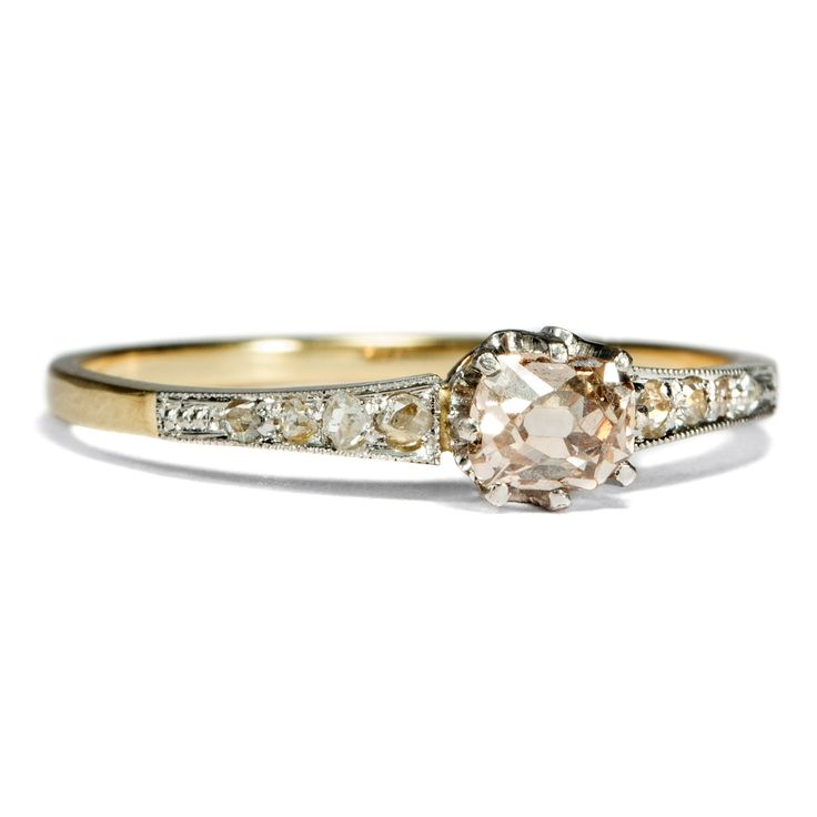 Ein Unterpfand der Liebe - Naturfarbener Diamant im Kissenschliff in einem Gold- & Platin-Ring, um 1910 von Hofer Antikschmuck aus Berlin // #hoferantikschmuck #antik #schmuck #antique #jewellery #jewelry // www.hofer-antikschmuck.de