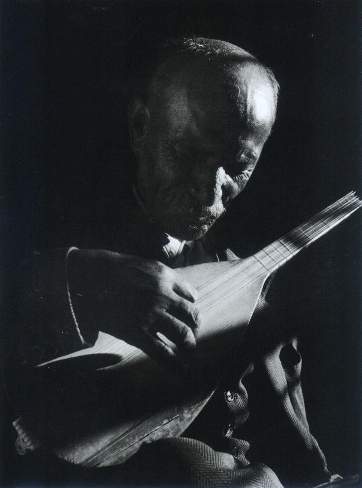 Aşık Veysel, Köy Enstitüleri'nde müzik öğretmeniydi... F: Ara Güler, 1956 #istanlook