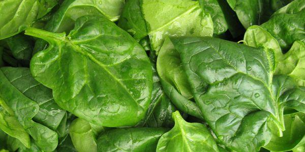 Als je last hebt van een hoge bloeddruk, kan het geen kwaad om vakerrucola, spinazie en rode bietenop je menu te zetten