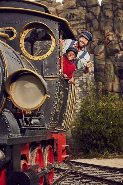 """""""Jim Knopf"""" kommt mit seinen Freunden ins Kino: Als Lokomotivführer Lukas ist Henning Baum mit von der Partie, Annette Frier spielt Frau Waas. Auf den ersten Bildern ist sogar schon Lokomotive Emma zu sehen."""