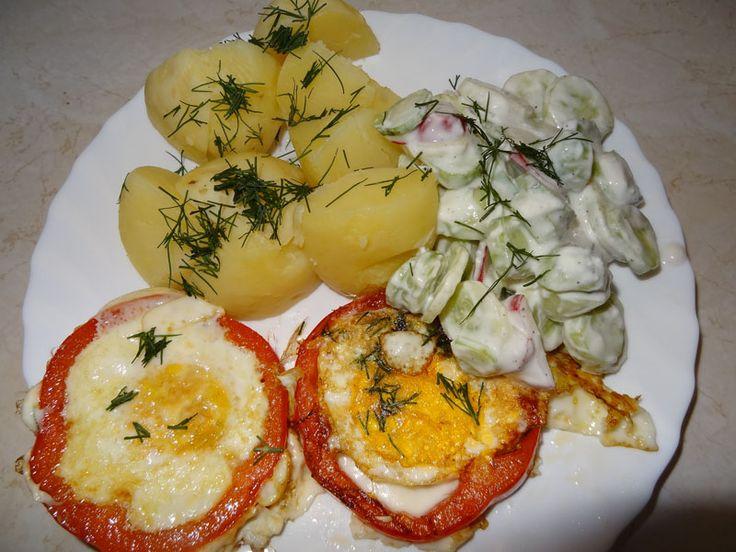 Smaczny obiad - jajko w papryce, ziemniaki na parze i mizeria