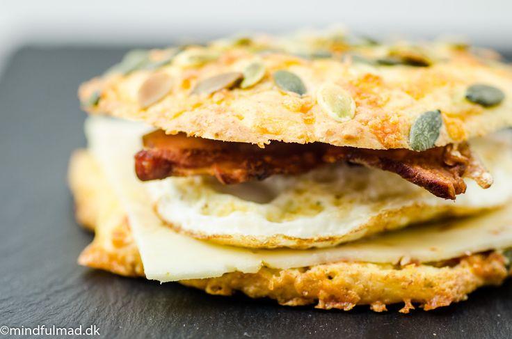 """I sidste weekend lavede jeg morgen burgere. Dem kommer vi nok til at spise som weekend-morgenmad et stykke tid fremover. Det er luksus-udgaven af en æg/bacon McMuffin. Forskellen er, at denne her bliver man rent faktisk dejlig mæt af og man behøver ikke forlade huset for at få fingre i én. Jeg havde bagt ostebollerne...</p><p><a class=""""more-link"""" href=""""http://mindfulmad.dk/lchf-morgen-burger/"""">Read More »</a></p>"""