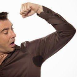 Como tirar manchas de desodorante da roupa