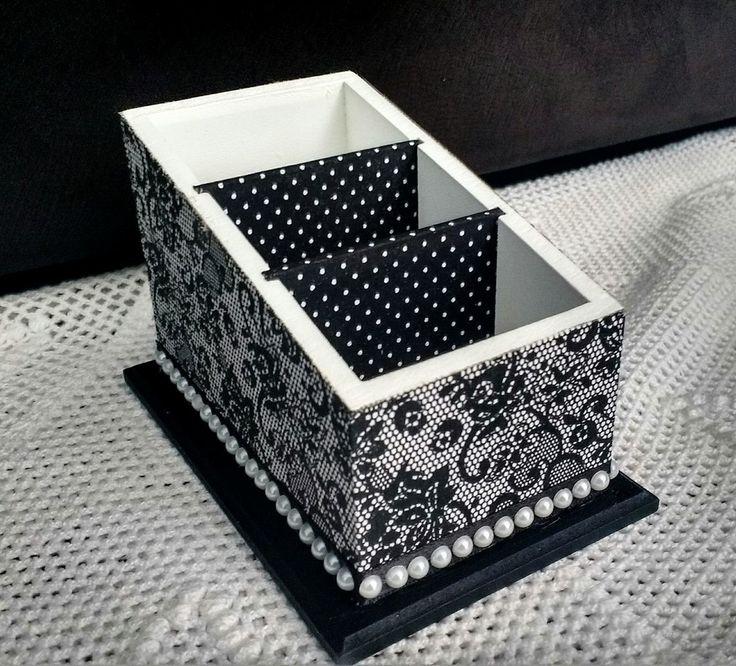 Porta controles remoto com 3 compartimentos    Decorado nas cores preta e branca, com revestimento em tecido impermeabilizado na parte externa e nas divisórias internas.  Aplique de meia pérola em toda a volta da base.    Um item bonito e elegante para decorar e organizar o lar.