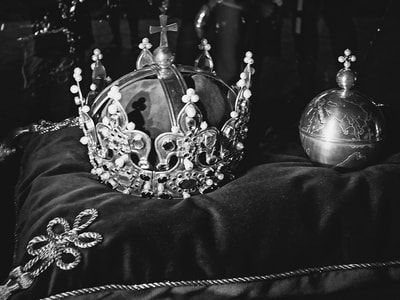 bwstock.photography - photo | free download black and white photos  //  #royal #crown #jewels