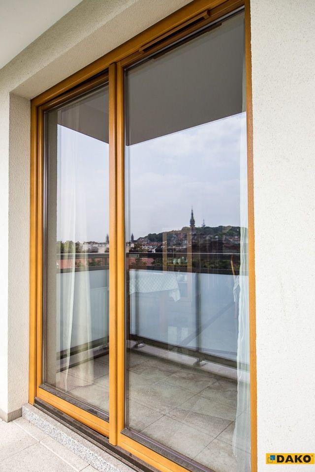 Klasyczne, wykonane z drewna okno balkonowe