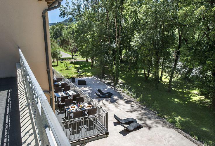 Un cadre idyllique et reposant sur les rives du Lot vous est proposé à l'hôtel les 2 rives. Cet établissement Logis en Lozère vous offre un moment de détente authentique. #détentelozère #hotellogisdelozère #hotelles2rives