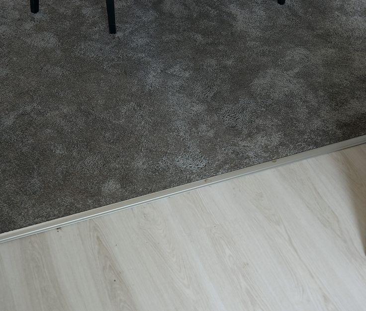 Het grijze tapijt 'Leetsdale' van Kwantum voelt zacht aan de voeten en geeft direct warmte in huis. Het tapijt heeft een gesneden pool en is geschikt voor vloerverwarming en voor de trap. Weinig of geen ervaring met het leggen van tapijt en wil je dat het deskundig gedaan wordt? Geen zorgen! Laat je vloer door Kwantum inmeten en leggen.