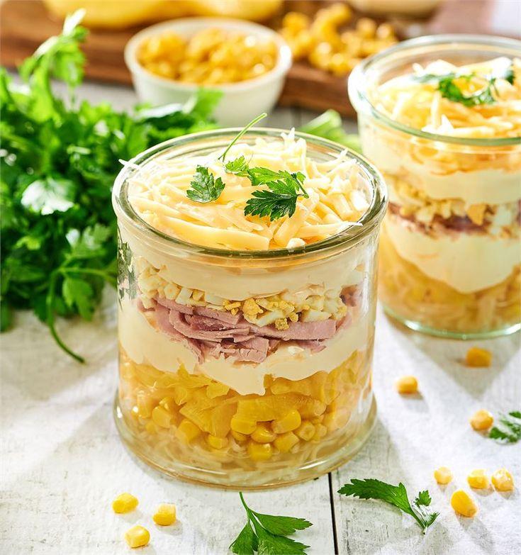 Bardzo dekoracyjna, przepyszna sałatka warstwowa to idealne danie na domową imprezę. Chrupiąca, dolna warstwa, którą tworzą seler konserwowy, ananas i kukurydza przyjemnie kontrastuje z delikatną…
