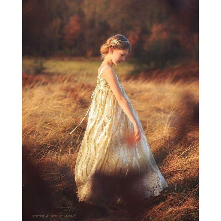"""""""Golden dreams"""" She is bright like glitter and bubbly like champagne fra MargretheCouture. Unik kjole som er perfekt til bryllup eller fotografering."""
