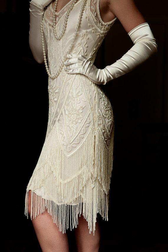 RUSH AUFTRÄGE ZUR VERFÜGUNG! BITTE NACHRICHT MIT DATUM ERFORDERLICH. BITTE BEACHTEN SIE, DASS DIE ÜBLICHE BEARBEITUNGSZEIT 4 WOCHEN PLUS LIEFERZEIT IST. Atemberaubende Elfenbein Vintage Charleston Flapper 1920 inspirierte Perlen Brautkleid. Zwei Reihen von Zick Zack Farbsäume