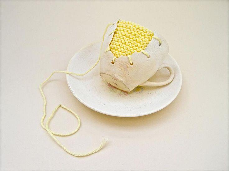 Michelle Taylor – Yellow Knit. L'artiste Michelle Taylor explore cette idée en récupérant de la vieille porcelaine.Après l'avoir brisée par endroit, elle ajoute à cette vaisselle vintage un peu d'histoire et de poésie, en y #INSERANT des morceaux de textiles rebrodés. Dans le but de raviver nos mémoires d'enfant, l'artiste joue à ré-assembler et à réparer les objets du passé, comme on pouvait le faire avec nos vieux jouets cassés.  #BRODERIE  #LIEN