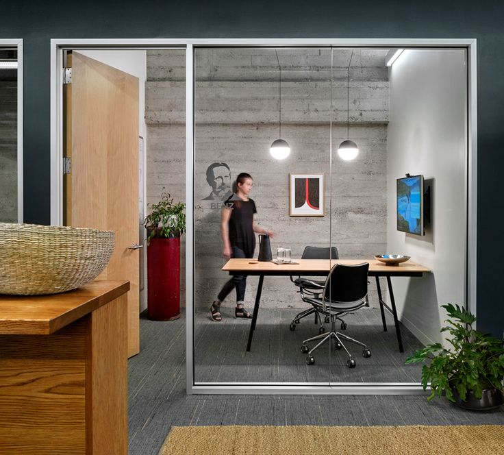 Lauren Geremia creates Metromia offices in San Francisco with STUA Gas chairs. GAS SWIVEL: www.stua.com/design/gas-swivel Via Design Within Reach