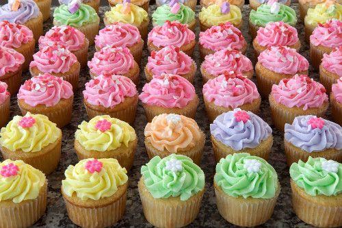 Los cupcakes, unos pastelitos que puso de moda Carrie Bradshaw en 'Sexo en Nueva York', están más de moda que nunca. No solo son una delicia por fuera, sino que están riquísimos y son muy fáciles de preparar.  ¡Os contamos cómo hacerlos!