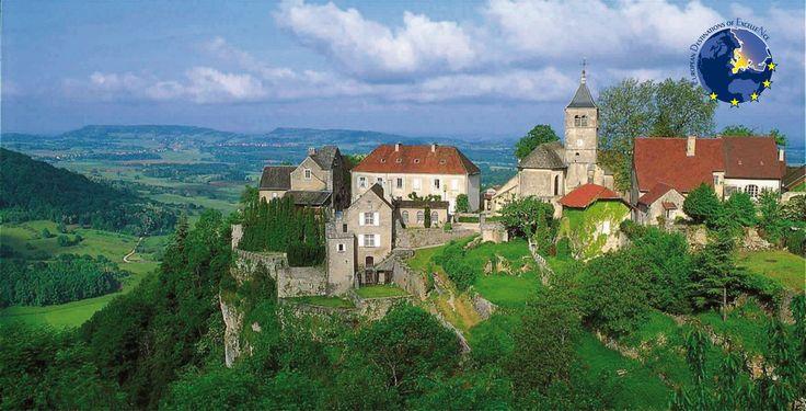 La route touristique des vins du Jura a été créée en 1990 en Franche-Comté. Véritable « colonne vertébrale » autour du vignoble jurassien et des AOC  qui la composent  elle emprunte un itinéraire de 80 km, de Salins les Bains à Saint-Amour. Cette route  est dotée d'un  riche patrimoine culturel:  la Saline Royale d'Arc et Senans (inscrite au patrimoine de l'Unesco), le village de Baume-les –Messieurs, les villes d'Arbois ou Lons le Saunier.  @Michel Loup - CDT Jura  #jura #EDEN #oenotourisme