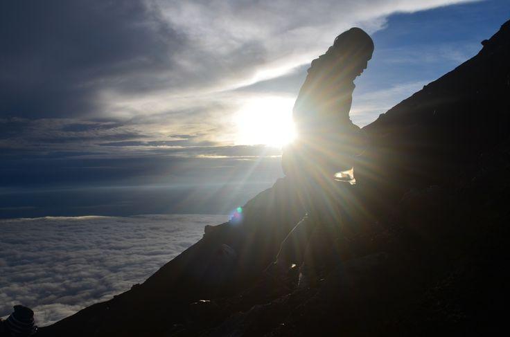 Mahameru yang kita kenal sebagai atap pulau Jawa, merupakan gunung yang namanya tercatat dalam seven summits Indonesia. Ketinggian mencapai 3.676mdpl, gunung ini merupakan salah satu gunung favorit bagi orang-orang yang mempunyai hobby mendaki. Saya mendaki gunung ini 1 Mei 2015, ketika gunung itu dibuka untuk pertama kali di tahun itu karena sebelumnya jalur pendakian ditutup …