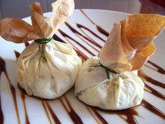 Saquitos de pasta filo rellenos de queso, gambas y espárragos. Receta de Navidad