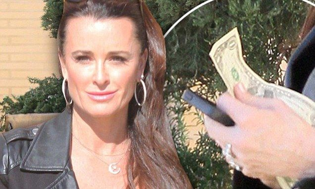 Kyle Richards holds measly $1 tip at valet stand after shopping spree