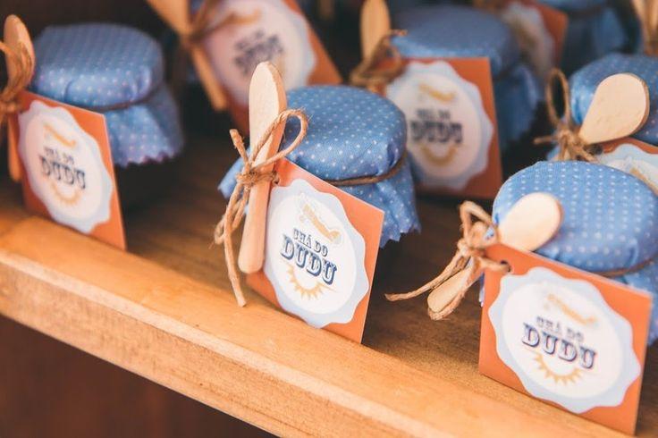 Os potinhos de brigadeiro ganharam uma colher de madeira e uma etiqueta personalizada com o nome do aniversariante