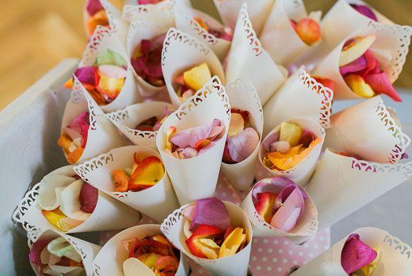 colorful petals in paper cones http://weddingwonderland.it/2016/06/idee-matrimonio-colorato.html