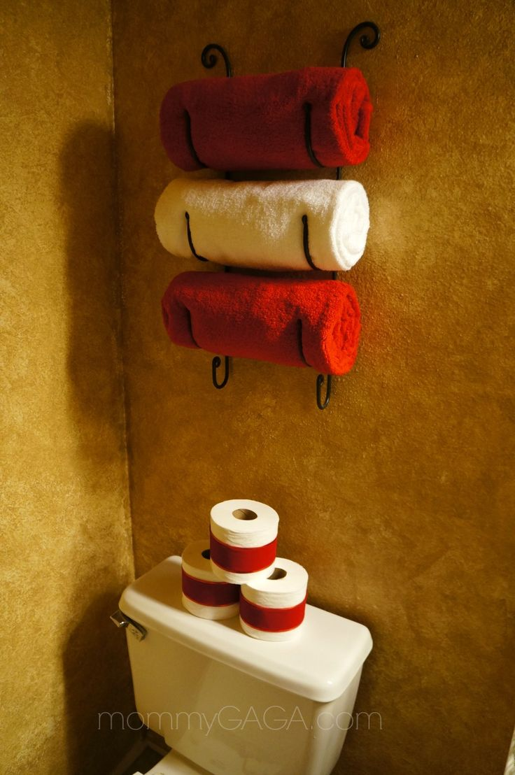 Christmas decorations in the guest bathroom: Wrap toilet paper with red ribbon. What a festive idea!