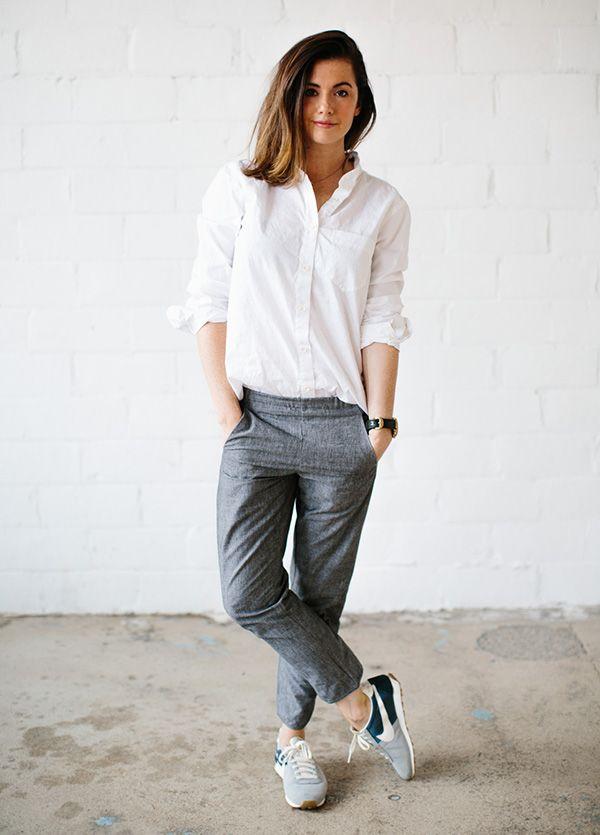 Quer montar um visual minimalista cool fácil? Esse look com calça cinza, camisa e sneakers cool é um ótima exemplo.