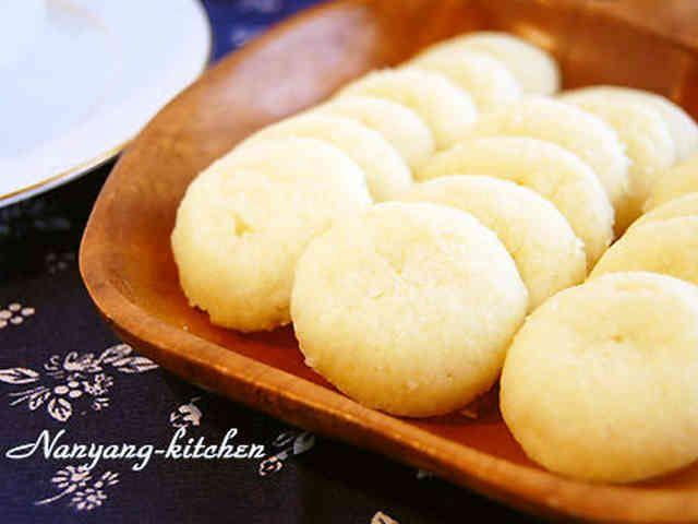 ココナッツムーンクッキー    インドネシアの紅茶(SariWangiティーパック)にあわせココナッツミルクパウダーでクッキーを作りました。 南洋キッチン    材料 (3~4人分) 薄力粉 70g ココナッツミルクパウダー 20g バター 60g 砂糖 20g  作り方 1 バターを溶かしココナッツパウダーと砂糖を加えよく混ぜる。 2 ①に薄力粉をふるい入れ、さっくりと切るように混ぜる。 3 冷蔵庫で30分休ませる。 4 直径1.5cm程度のボール状にまるめる。 5  180度のオーブンで15分焼く。 コツ・ポイント 機種によって焼き時間は調節してください。焼きたては柔らかいですが、冷めるとサクサクになります。