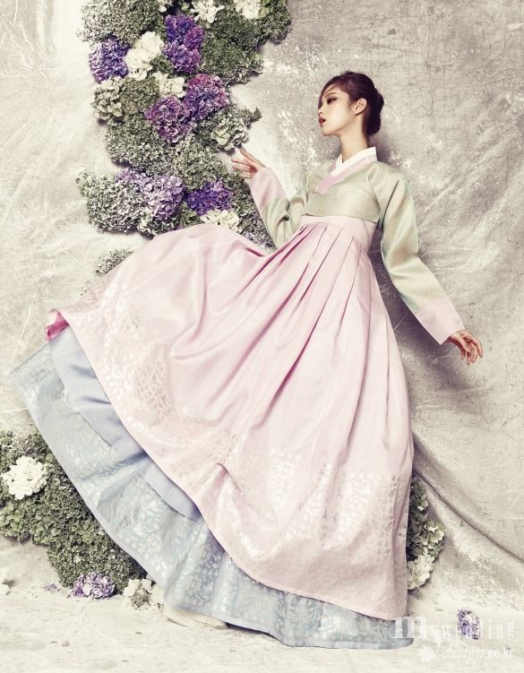 "maeumssi: "" 분홍빛과 푸른빛이 조화로운 명주 소재 이중 치마가 시선을 끄는 작품. 스란에 꽃 문양 은박을 찍어 화려함을 더했다. """