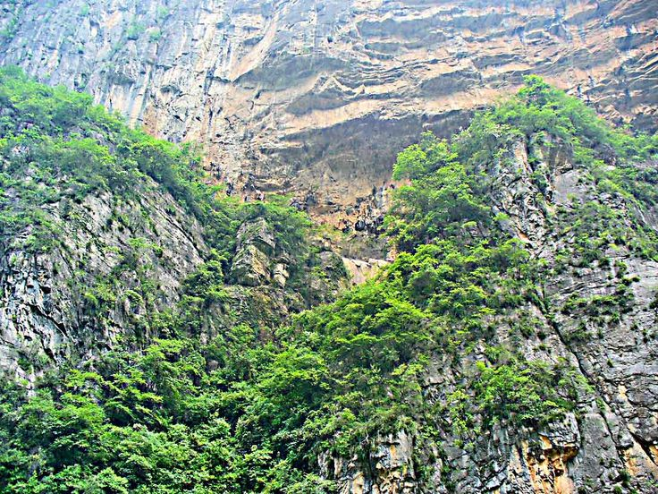 Lesser Three Gorges - Narrow valleys and canyons lead off the river through these mountains.