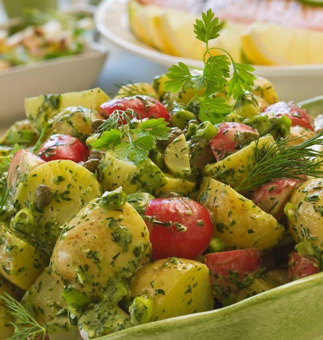 Recept på fransk potatissallad som blir allra godast på färskpotatis. Dressing med dijonsenap är hemligheten bakom denna klassiska sallad, här med vårprimörer.
