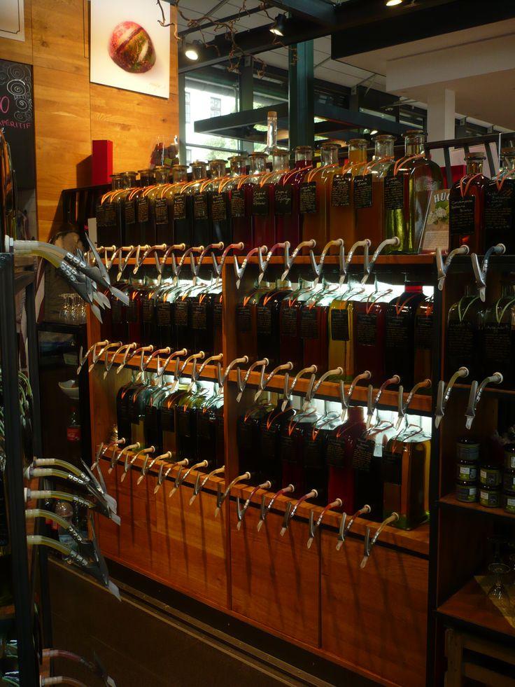 #Schrannenhalle in #München, #Bayern - Antico magazzino per il grano ristrutturato e convertito, vi si trovano ora locali dove provare cucine diverse e corner dove acquistare prodotti come tè, vini, dolci, cioccolato... Da non perdere per nessun motivo al mondo il #MilkaWelt al piano interrato: un paradiso per gli amanti della mucca viola, con gadget e un assortimento infinito di prodotti, molti dei quali non si trovano in Italia.