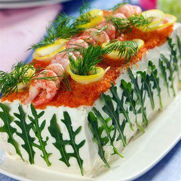 Smörgåstårta - рецепты закусок на праздничный стол Рецепты закусок на праздничный стол, в том числе и на 8 марта, можно приготовить из совсем обычных продуктов, как например, Smörgåstårta - торт-сэндвич, основой которого является хлеб...  Украшать можно по своему вкусу!