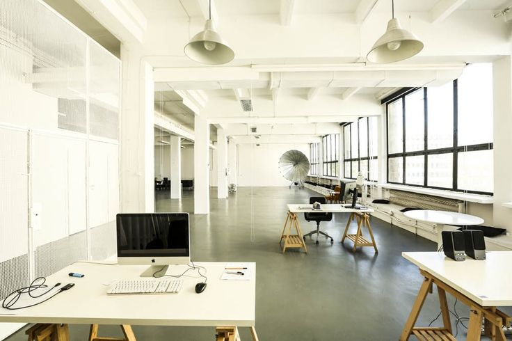 Znajdujące się w centrum Warszawy Studio fotograficzne i filmowe Cukry to 350 m2 loftowa przestrzeń. Wielkie okna i białe ściany tworzą idealne warunki do pracy, zaś industrialne smaczki nadają wnętrzu nietypowy charakter. Przestrzeń o wysokości 4 metrów, oświetlona światłem dziennym lub sztucznym, pozwala realizować dowolne pomysły. Studio oferuje profesjonalną obsługę oraz możliwość wypożyczenia wysokiej jakości sprzętu pozwalającego zrealizować nawet bardzo skomplikowane ujęcia. Cukry…