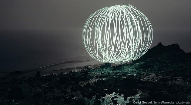 Eine Taschenlampe ersetzt die Sprühdose, eine Kamera die Wand und was zunächst aussieht wie eine Art Veitstanz, wird auf dem Foto zu Kunst.