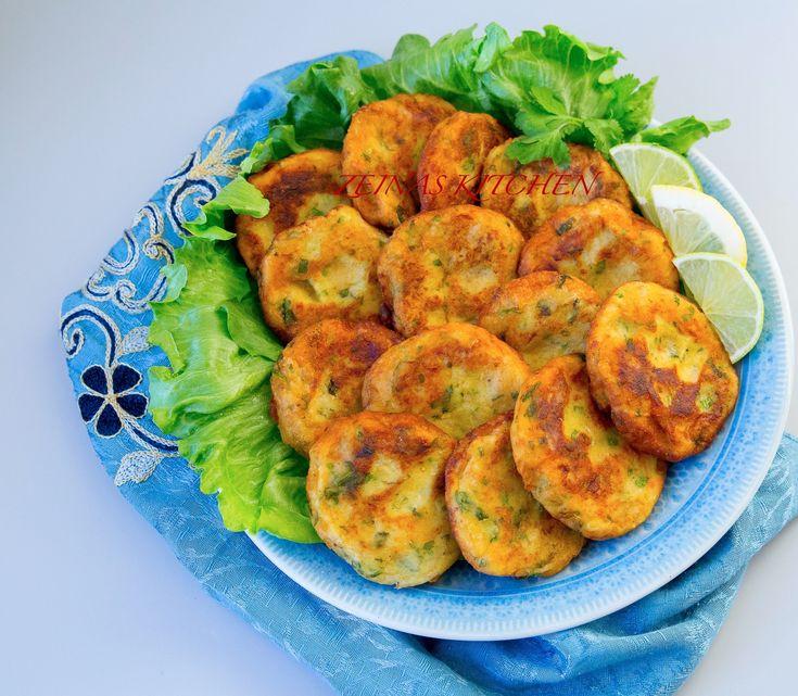 Maakouda är goda potatisbiffar som görs i både Marocko och Algeriet. De kan kryddas och smaksättas på olika sätt och man kan enkelt variera smaksättningen efter smak.Lika goda att serveras kalla som varma. De kan serveras som en hel rätt med bröd och sallad eller som en sidorätt vid maten. 4 portioner 5-6 st mjöliga potatisar 1 gul lök 2 ägg 4-5 msk finhackad färsk koriander (kan ersättas med persilja) 0,5 dl vetemjöl 1 finhackad chili eller chilipulver (kan uteslutas) 1 tsk spiskummin 1…