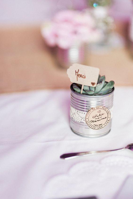 Pour leur mariage industriel, Julie et Maxime ont choisi d'offrir un cadeau écologique et naturel à leurs convives : une petite plante grasse personnalisée avec leur logo de mariés sur un ruban de dentelle. A croquer ! Étiquettes/logo de mariés : Print Your Love