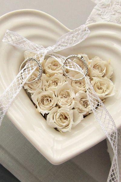 【ハートのリングピロー 白】清楚な12本のバラをしきつめた大人かわいいハートのリングピロー Ring pillow, Heart, White http://www.fleuriste-glycine.jp/